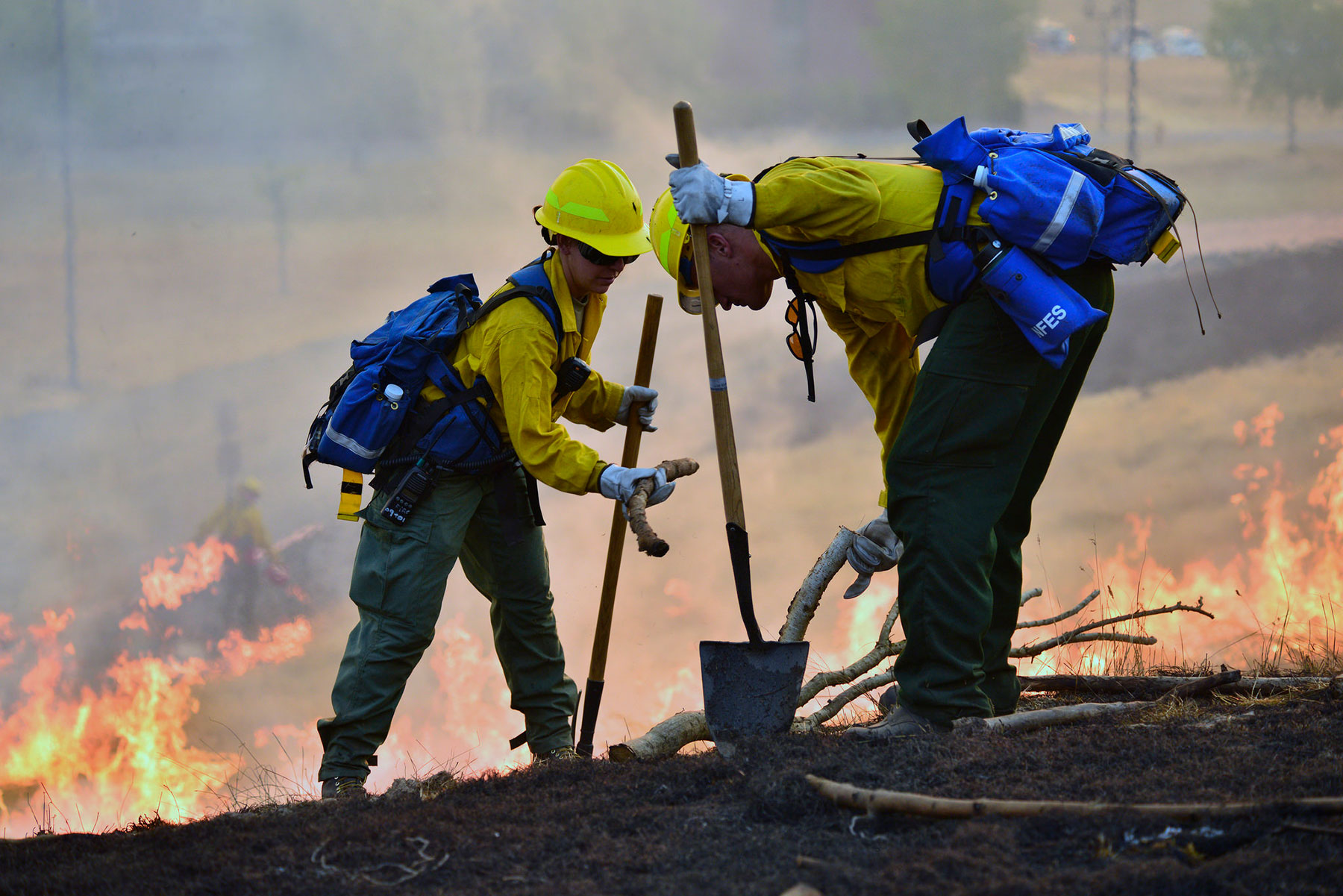 Oregon Army National Guard Soldiers work together during a wild land fire field training exercise held at the Oregon Department of Public Safety Standards (DPSST) and Training in Salem, Oregon, August 28, 2017. (Oregon Military Department/Leslie Reed.)