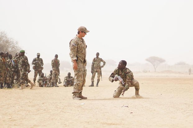 A U.S. Army Special Forces weapons sergeant observes as a Nigerien soldier bounds forward while practicing buddy team movement drills during Exercise Flintlock 2017 in Diffa, Niger, March 11, 2017. (U.S. Army photo/Spc. Zayid Ballesteros)