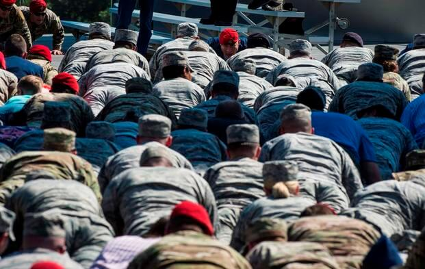 Attendees participate in memorial push-ups during Tech. Sgt. John Chapman's name unveiling ceremony at the Air Force Memorial, in Arlington, Va., Aug. 24, 2018. Chapman was posthumously awarded the Medal of Honor for actions on Takur Ghar mountain in Afghanistan on March 4, 2002. (DeAndre Curtiss/Air Force)