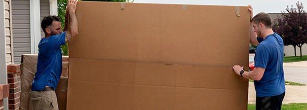 Les déménageurs transportent une boîte