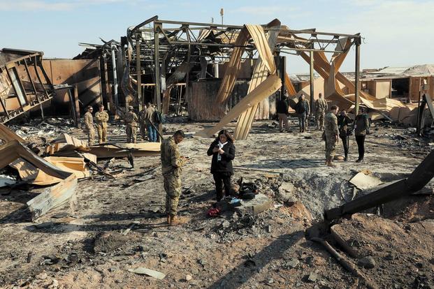 Os meios de comunicação visitam um dos muitos locais de impacto criados pelos recentes ataques com mísseis na Base Aérea de Al Asad, Iraque, em 13 de janeiro de 2020. (Exército dos EUA / Sp. Derek Mustard)