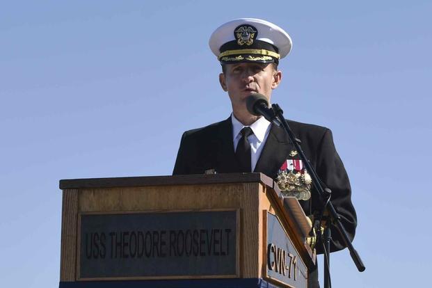 Brett Cozier, thuyền trưởng tàu hàng không mẫu hạm USS Theodore Roosevelt vừa bị chính quyền Trump sa thải và được xét nghiệm dương tính với coronavirus.