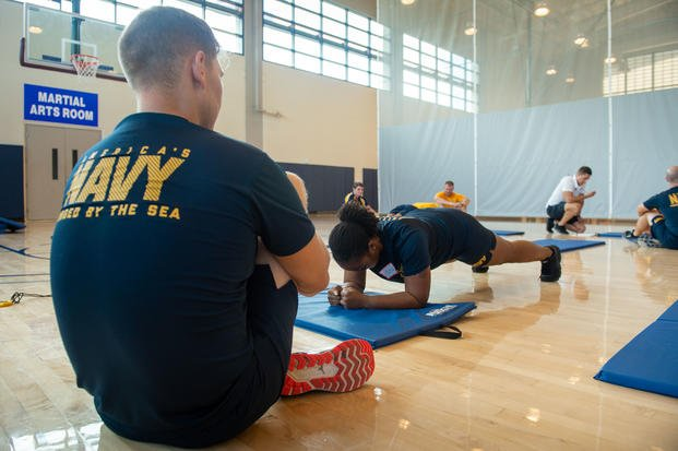 Retail Services Specialist 2nd Class Danielle Young performs a plank during a new physical readiness test (PRT) as part of Navy Physical Readiness Test Evaluation Phase II in 2019. In 2021, the plank will be a mandatory event for all sailors. (Class Cole C. Pielop/Navy)
