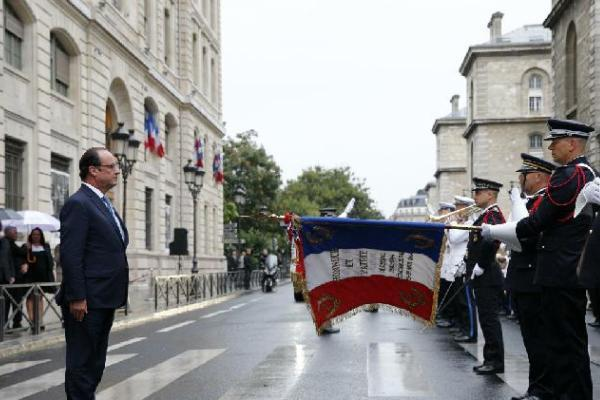 French President Francois Hollande takes part at a ceremony marking the 70th anniversary of the Liberation of Paris, Monday Aug. 25, 2014 at the Paris police headquarters. (AP Photo/Yoan Valat, Pool)