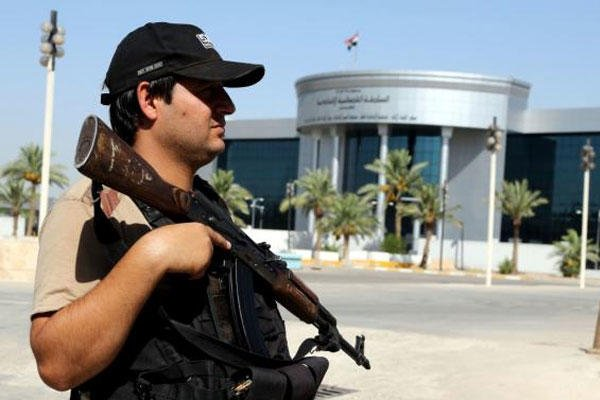 A police officer stands guard in front of the Iraqi Supreme court in Baghdad, Iraq, Wednesday, July 8, 2015. (AP Photo/ Karim Kadim)
