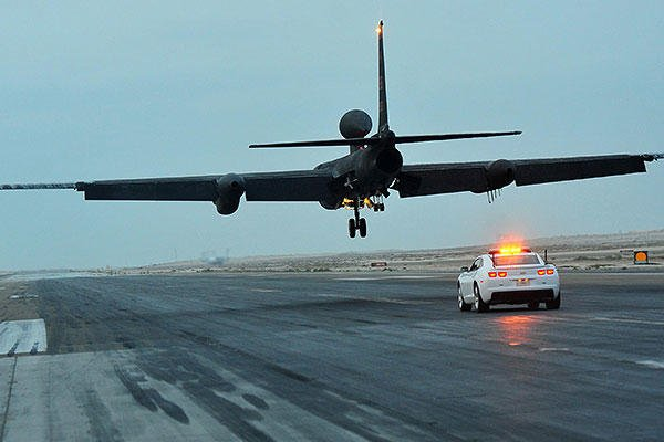 A mobile chase car driver pursues a U-2S reconnaissance aircraft during its landing at an undisclosed location in Southwest Asia, Dec. 7, 2015. (U.S. Air Force/Staff Sgt. Kentavist P. Brackin)