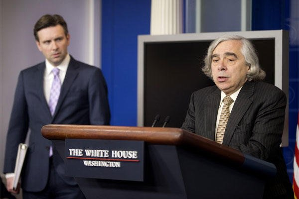 Energy Secretary Dr. Ernest Moniz, right, accompanied by White House Press secretary Josh Earnest, speaks to the media during the daily briefing in the Brady Press Briefing Room of the White House, April 6, 2015. (AP Photo/Pablo Martinez Monsivais)